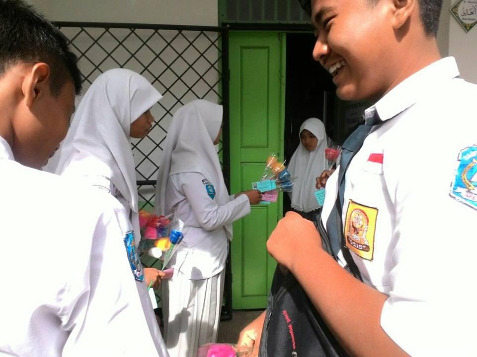 Aksi Siswa SMK Muhammadiyah 1 Metro Semangati Peserta Gladi Resik UNBK